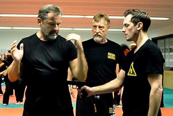 KRAV MAGA - SELF DEFENSE - MENACE ARME DE POING